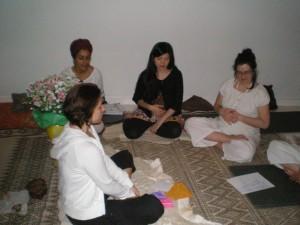 femmes enceintes en méditation