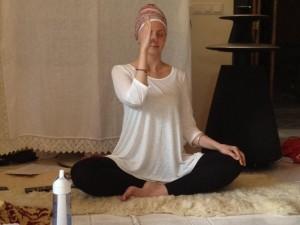 femme pratiquant une respiration yoguique