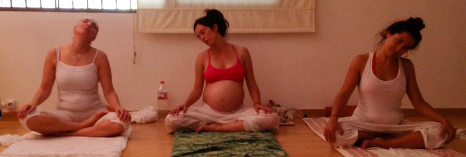 femmes enceintes pratiquant le yoga perinatal