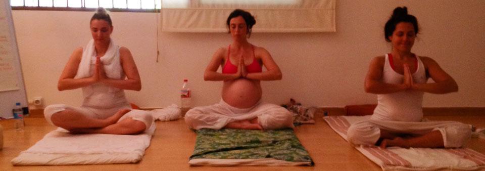 femmes enceintes pratiquant le yoga prénatal